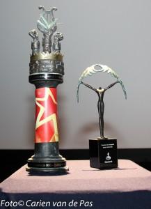 Links de huidige wisseltrofee voor volwassenen, rechts de trofee voor de jeugd. Deze gaat in 2016 (over het jaar 2015) in gebruik genomen worden.