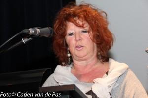 Stadsdichter Karin van den Heuvel declameert haar gedicht.